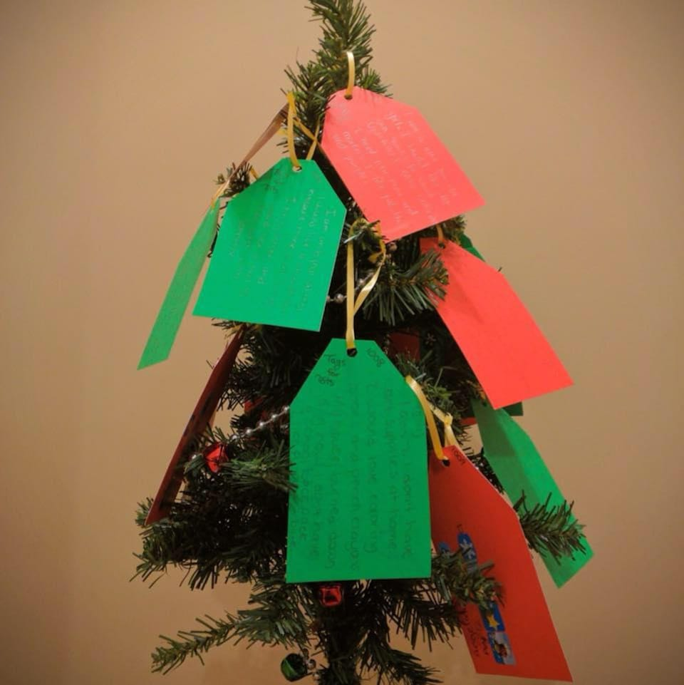 Des étiquettes portant les souhaits d'écoliers winnipégois pour Noël sont attachés à un arbre.