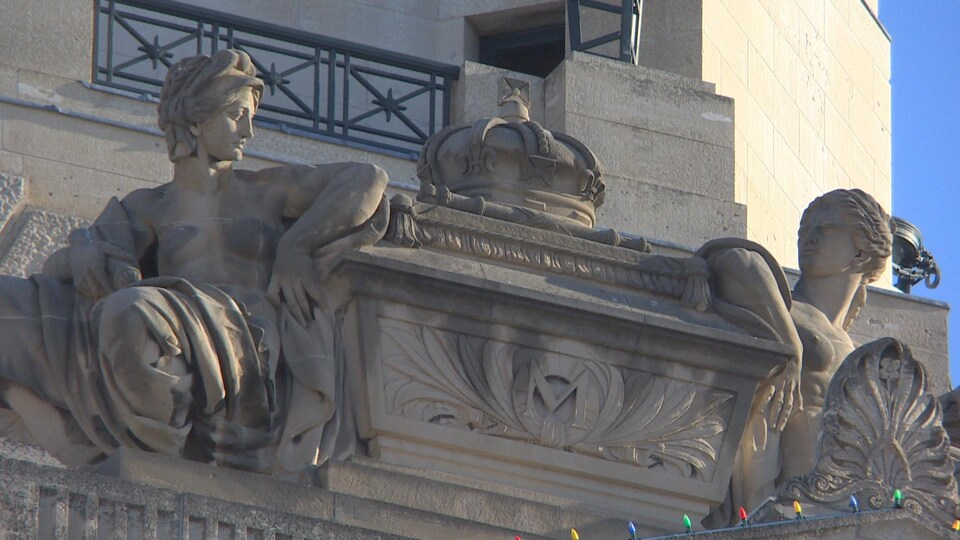 Image d'une sculpture sur le toit du Palais législatif du Manitoba. Elle serait, selon le Dr Frank Albo, une reproduction de l'arche d'alliance.