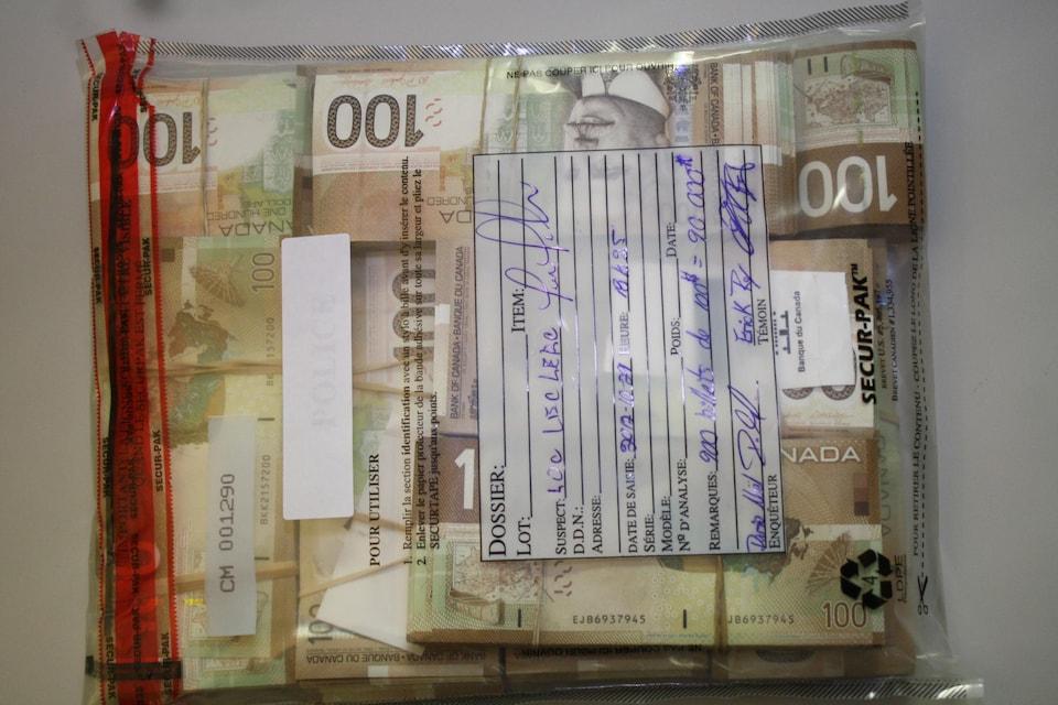 90 000 $ en billets de 100 $ dans un sac de plastique.