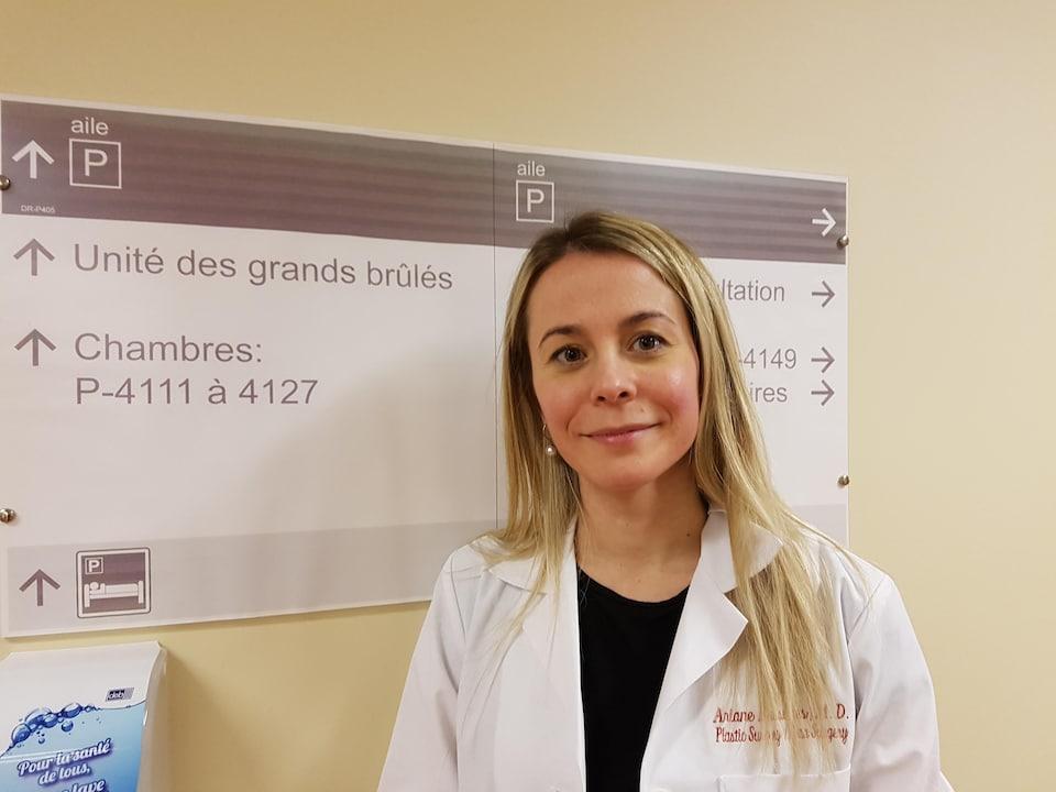 Ariane Bussières, chirurgienne plastique au CHU de Québec-Université Laval dans un corridor de l'hôpital