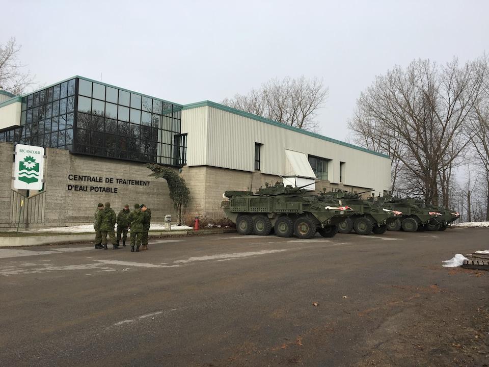 Des militaires devant une usine