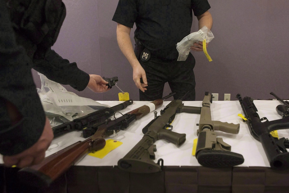 Des armes d'épaule et de poing saisies par la Police provinciale de l'Ontario.