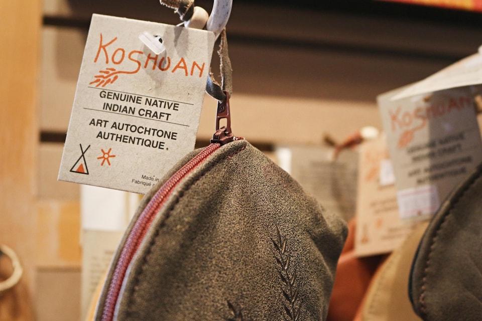 Une entreprise certifie sur l'étiquette d'une trousse de suède que son produit est de l'art autochtone authentique.
