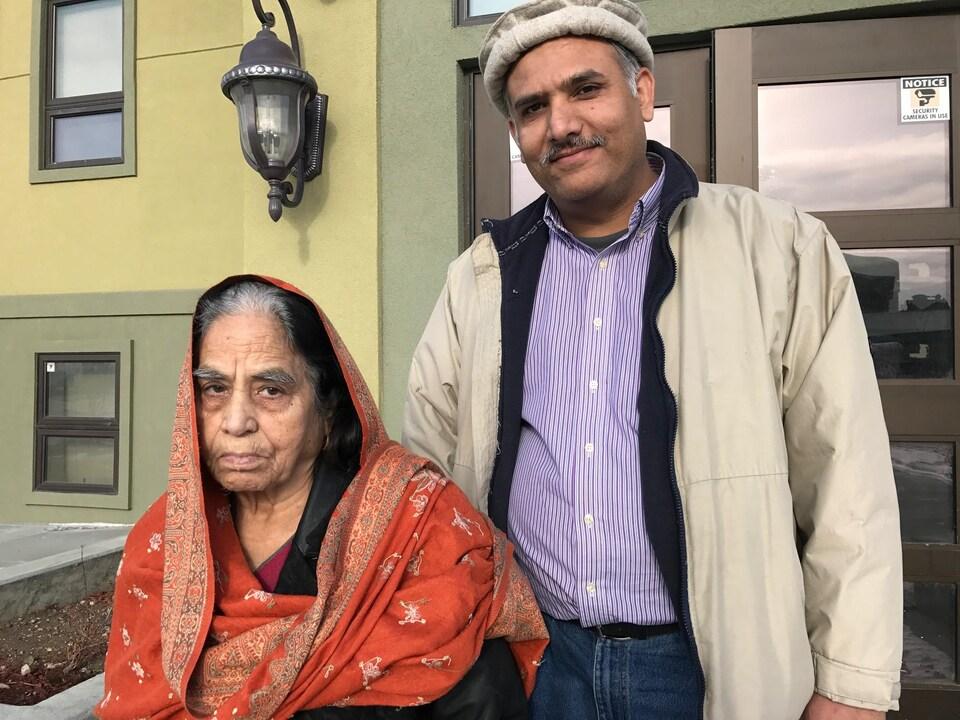 Asif Mahmood et sa mère à la sortie de la mosquée.