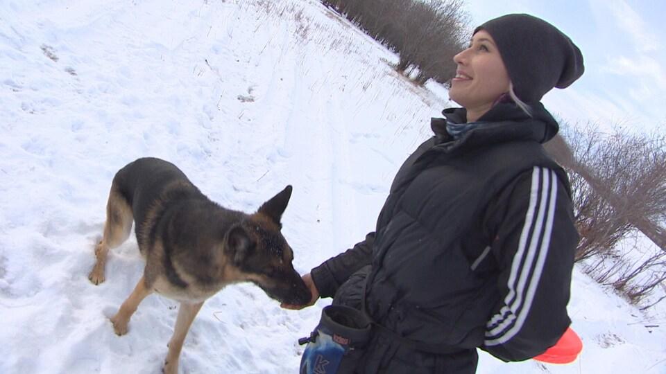 Asmara Polcyn récompense son chien Cody.