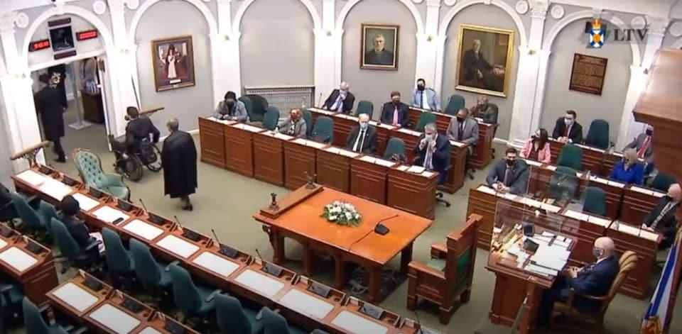 La séance de l'Assemblée législative filmée par la télévision de la législature.
