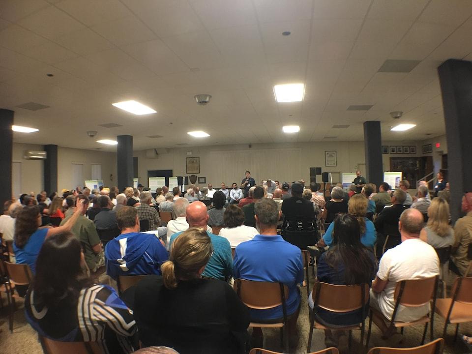 Près de 100 personnes assistaient à la rencontre d'information.