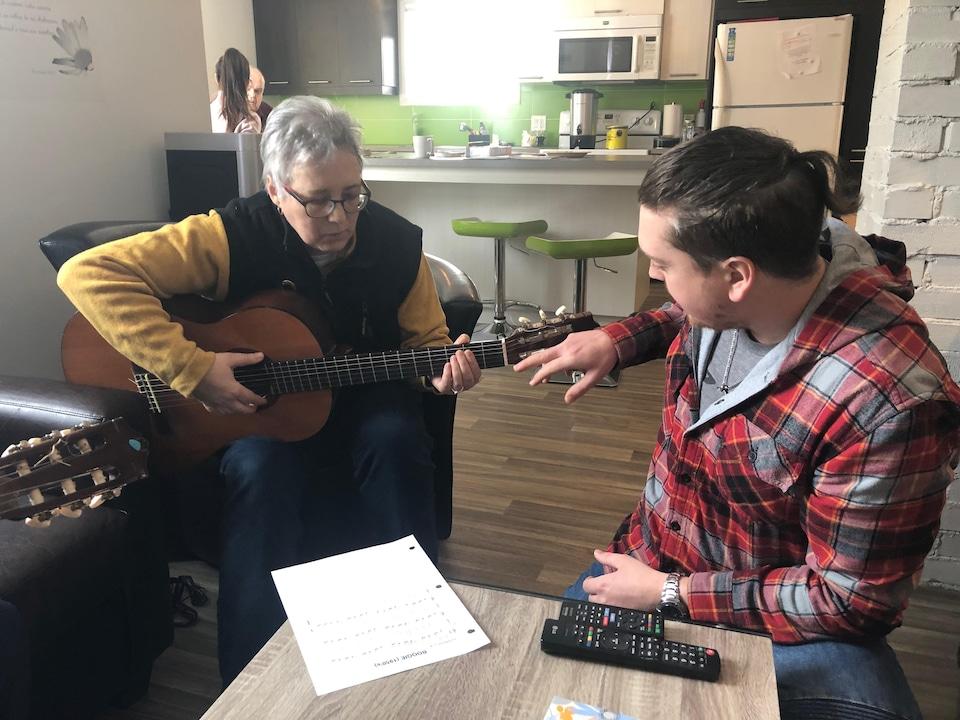 Nicole participe à un atelier de musique dans les locaux de l'organisme Santé mentale Québec Bas-Saint-Laurent de Rimouski.