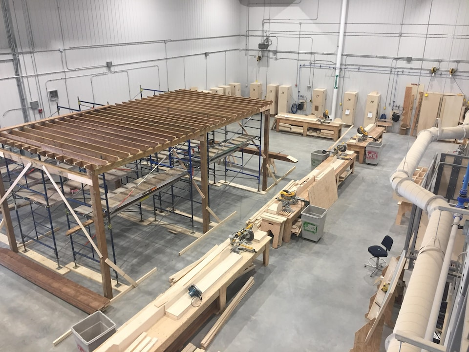 Un atelier de charpenterie-menuiserie.