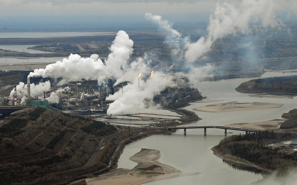 Une des installations de Suncor le long de la rivière Athabasca, près de Fort McMurray et Fort McKay