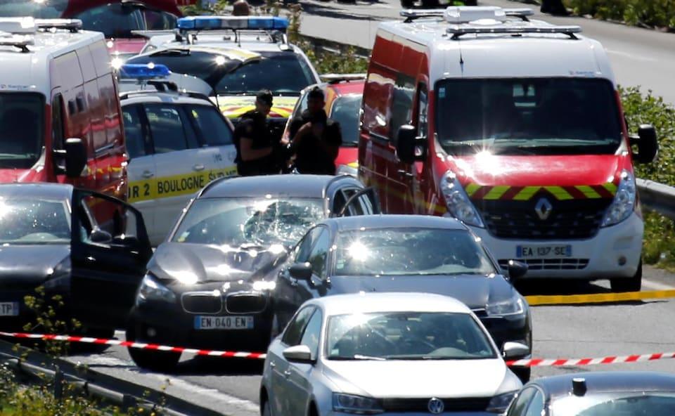 Les autorités encerclent la BMW qui a percuté un groupe de soldats à Levallois-Perret, en France.