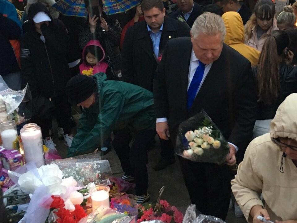 Le chef conservateur Doug Ford dépose un bouquet de roses.