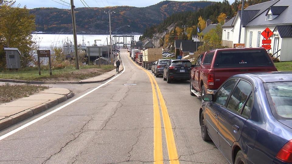 Des véhicules en ligne pour aller prendre le traversier.