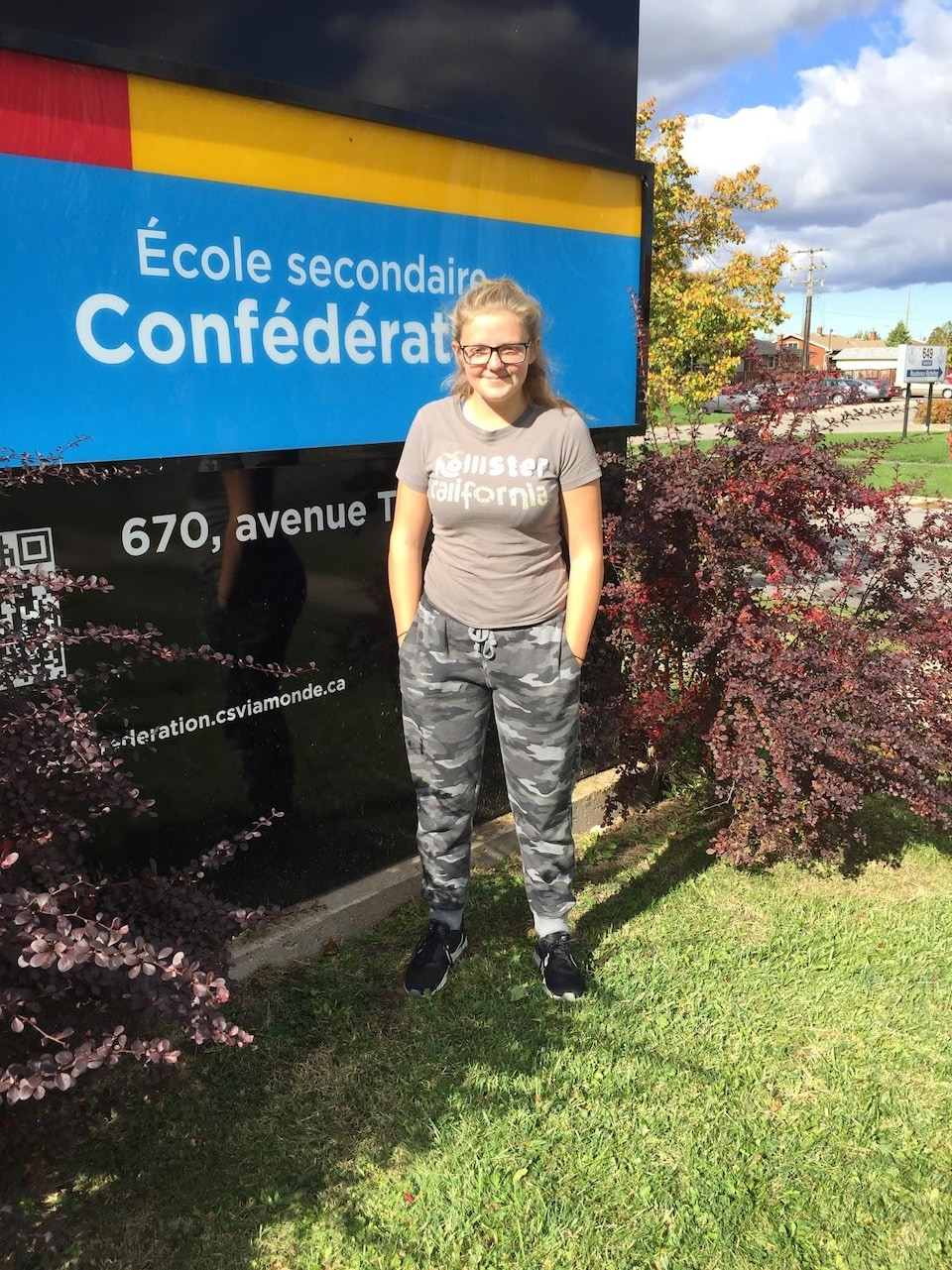 Aubrey devant le panneau de l'école à Welland