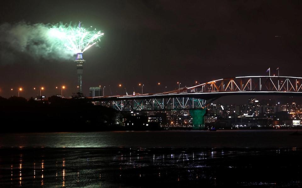 Des feux d'artifice sur la tour Sky à Auckland, en Nouvelle-Zélande.