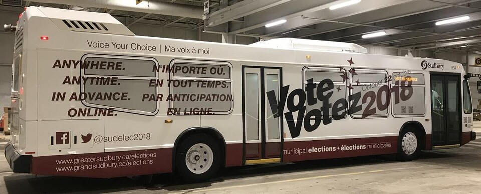 Un autobus de ville sur lequel sont écrit des informations concernant les élections municipales.