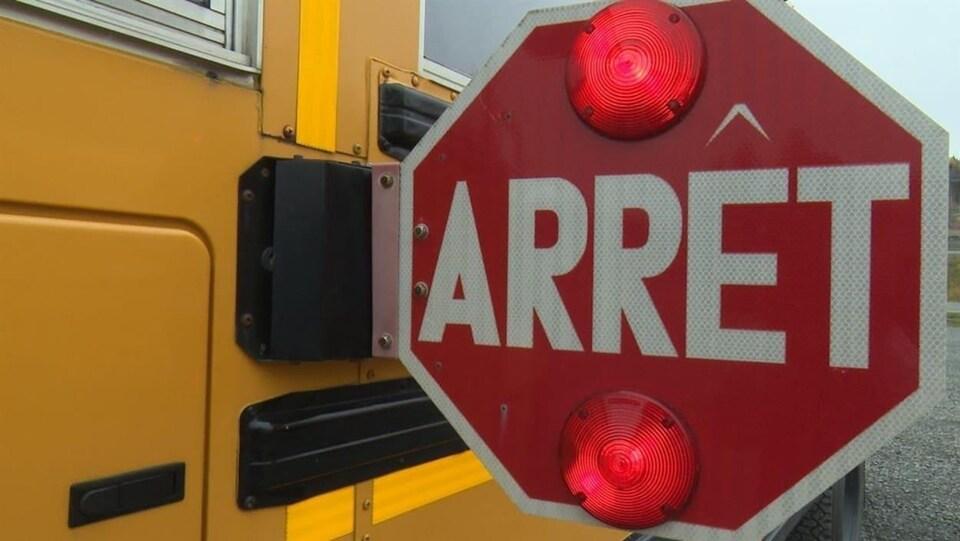 Panneau avec lumières rouges sur un autobus scolaire