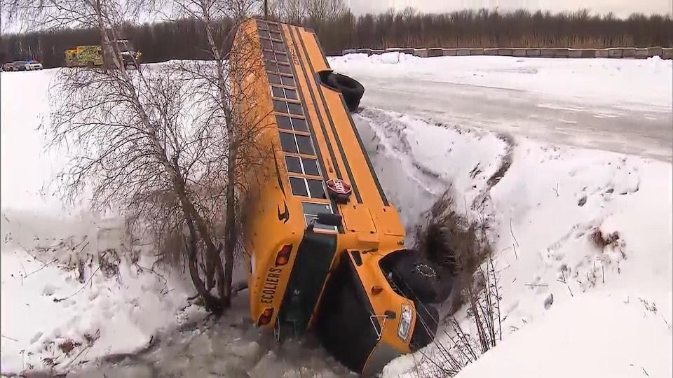 Un autobus scolaire accidenté.
