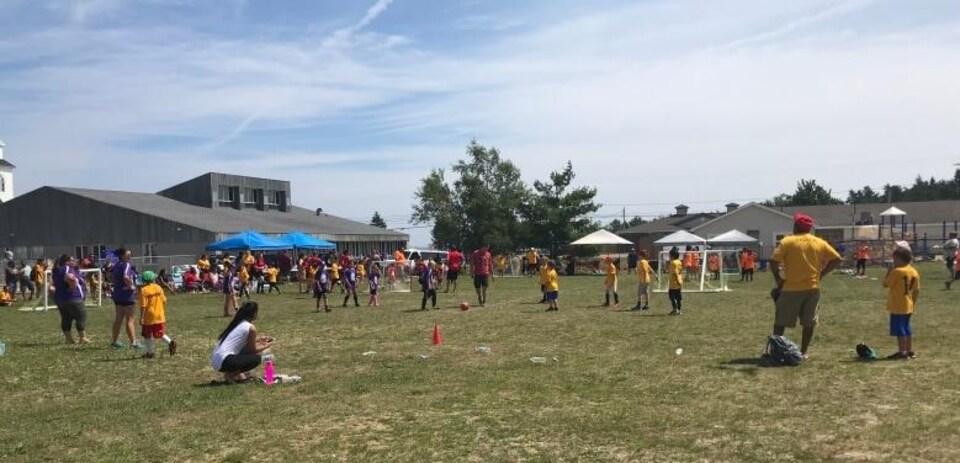Une partie de soccer dans la communauté d'Esgenoopetitj.