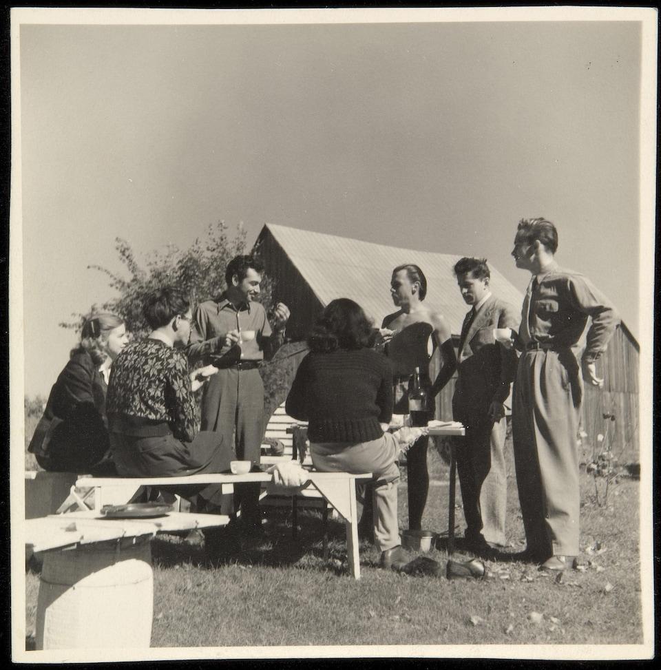 Les automatistes sont réunis pour un pique-nique en campagne, en 1947.