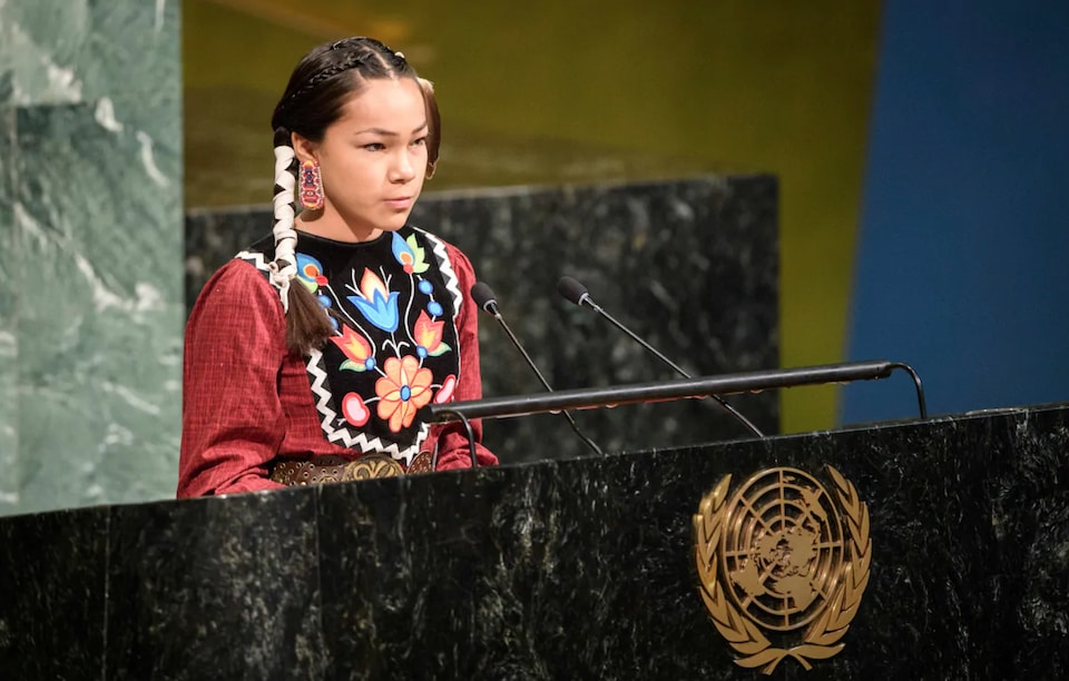 Autumn Peltier derrière un lutrin des Nations unies.