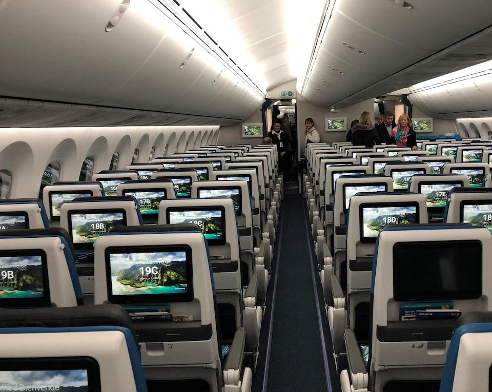 Dans l'avion, les sièges sont regroupés par trois et ils sont équipés d'écrans tactils