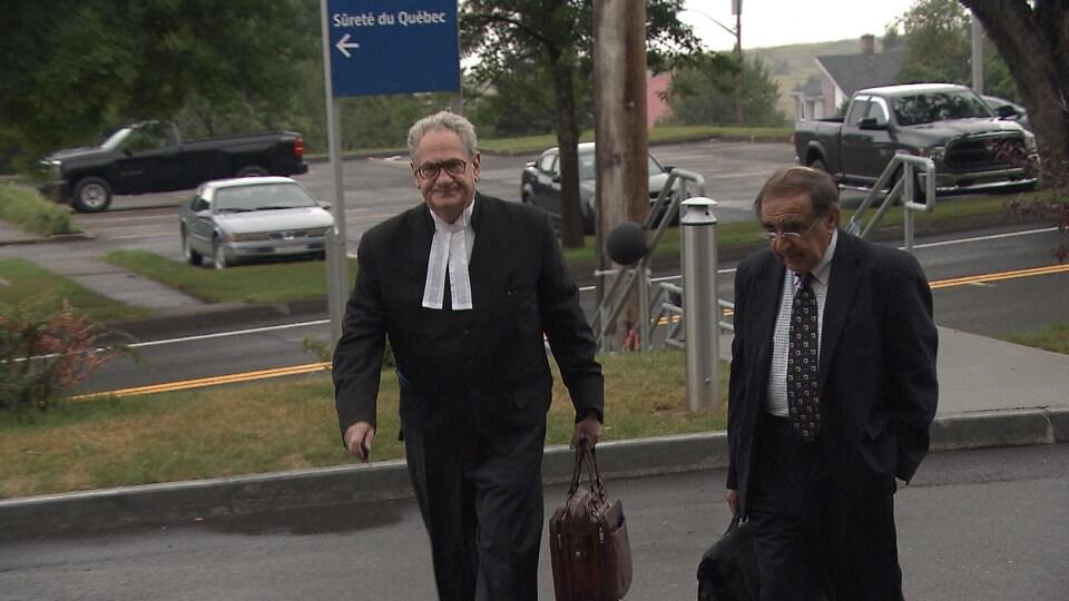 L'avocat de Gastem, Daniel M.Kochenburger, accompagne le président de la société d'exploration, Raymond Savoie, à leur entrée au palais de justice de New Carlisle.