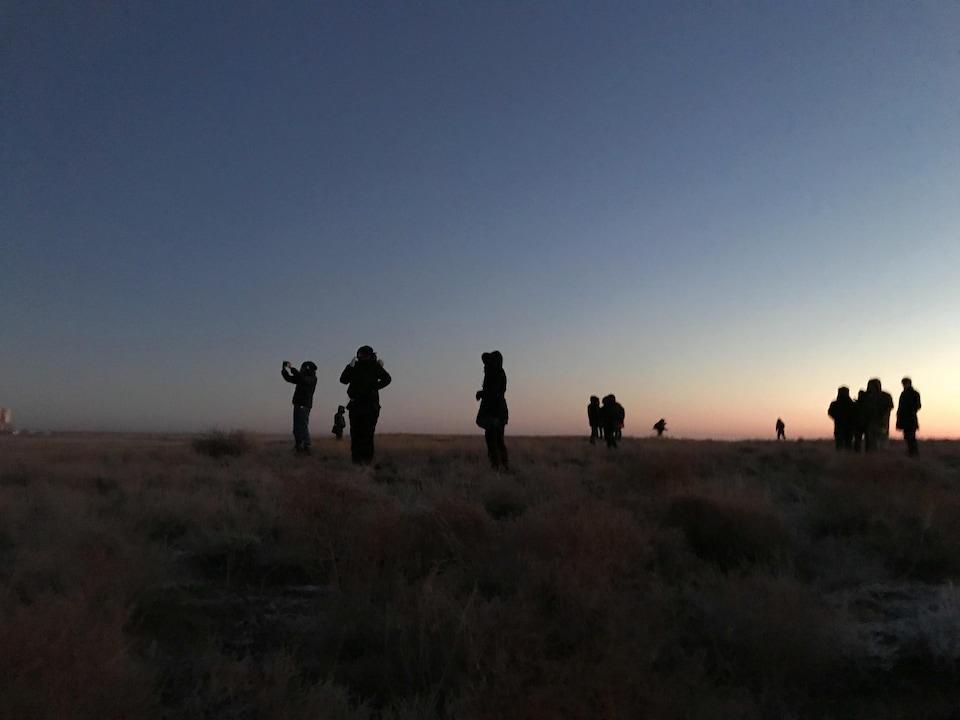 Des passionnés d'exploration spatiale réunis à l'aube, près du pas de tir.