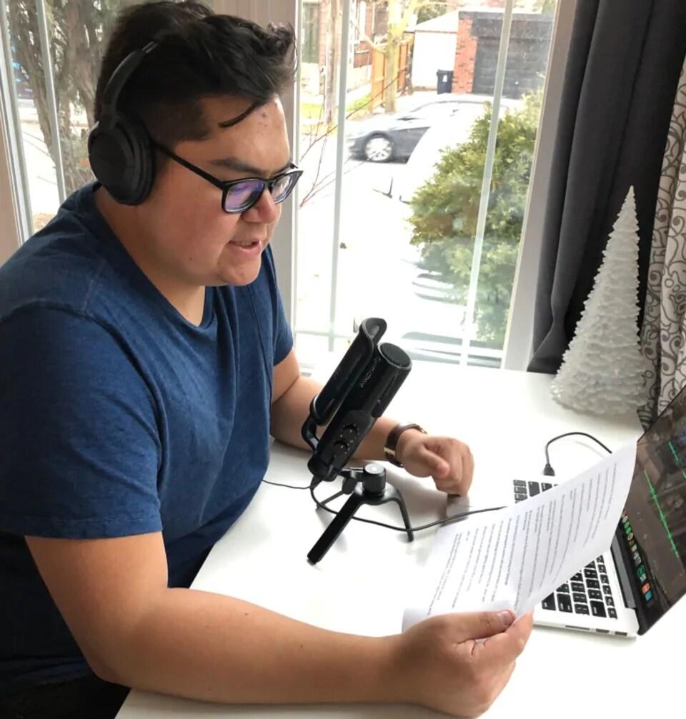 Nick Wapachee, originaire de Nemaska, au Québec, est en train de réaliser un balado entièrement en langue crie.