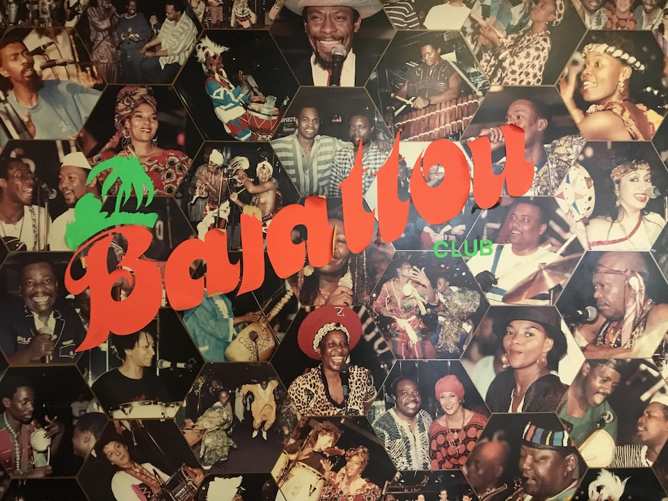 Une affiche sur laquelle il est écrit «Balattou Club» sur une mosaïque de photographies d'artistes africains.