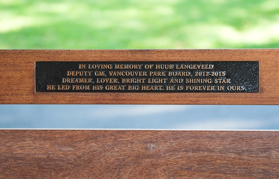 Une plaque de fer sur un banc en bois.