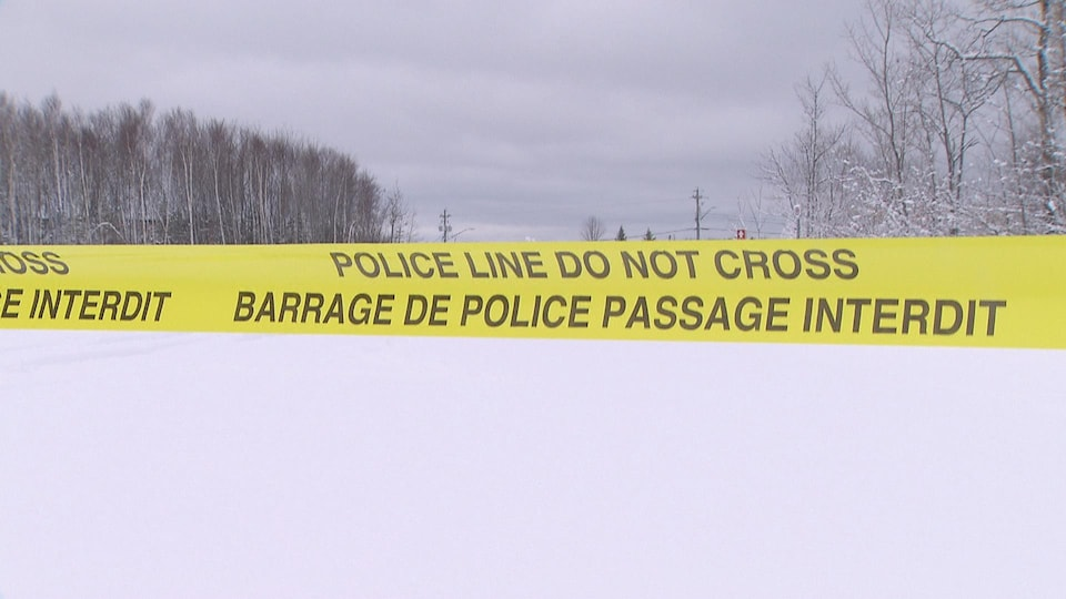 Un bandeau de police jaune avec l'indication «barrage de police pasage interdit».