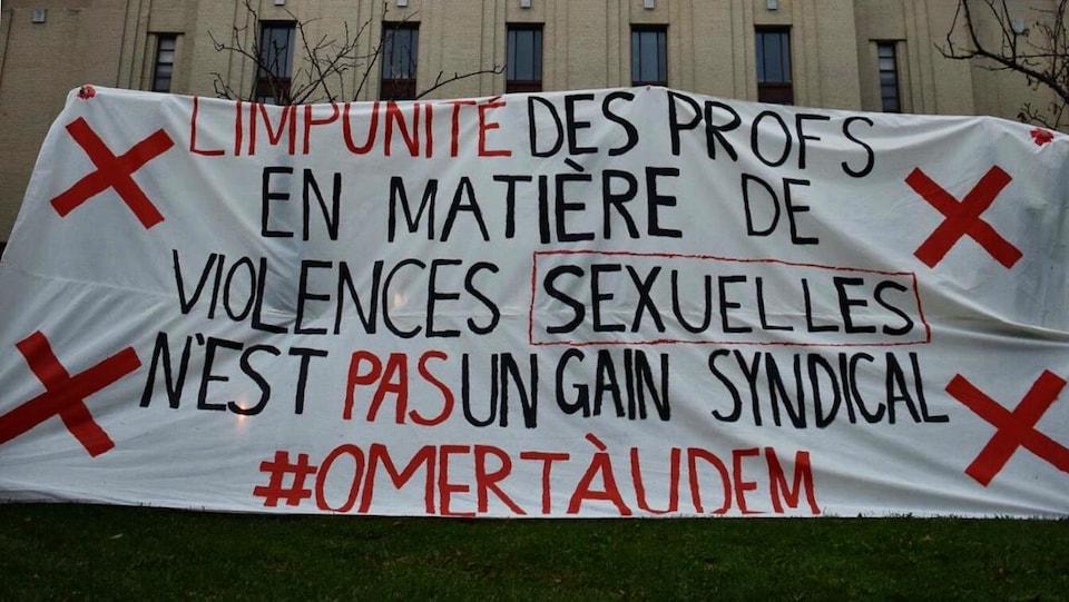 Banderole dressée devant le pavillon principal de l'Université de Montréal, le 10 octobre.