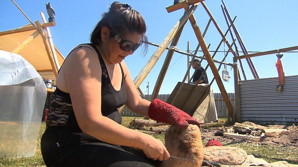 Le pain traditionnel, qu'on appelle banik en innu, est cuit dans le sable sous les tisons du feu et servi comme mets d'accompagnement.
