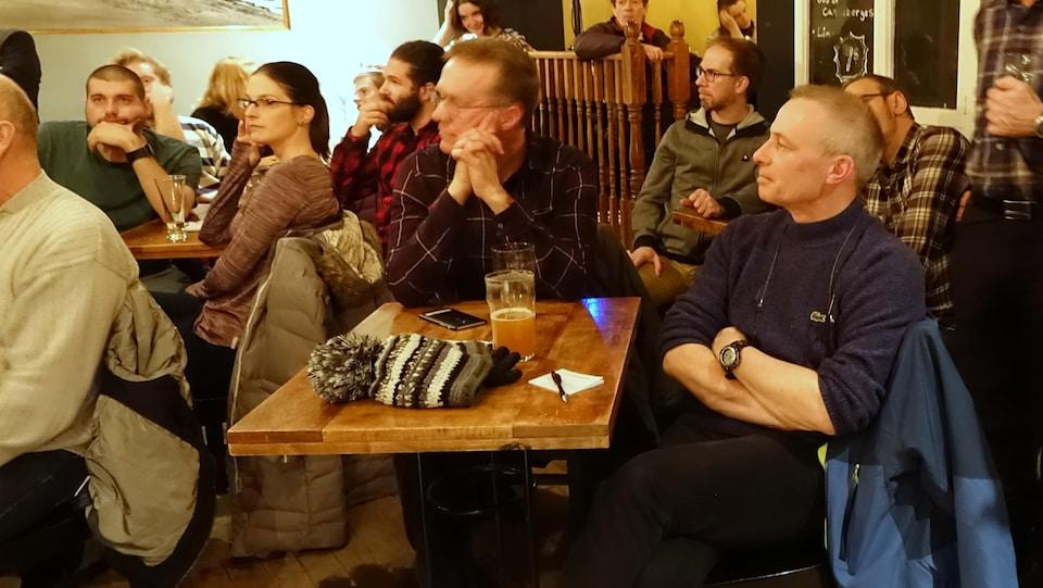 Alain Hénaff (à droite), géomorphologue de l'Université de Bretagne occidentale en France lors du Bar des sciences sur l'érosion des berges à Rimouski.