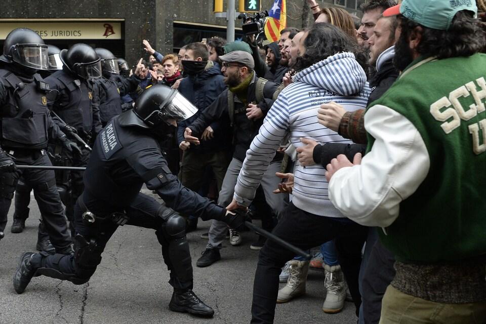 Des manifestants sont immédiatement descendus dans les rues de Barcelone où des heurts ont opposé des militants indépendantistes catalans à la police.