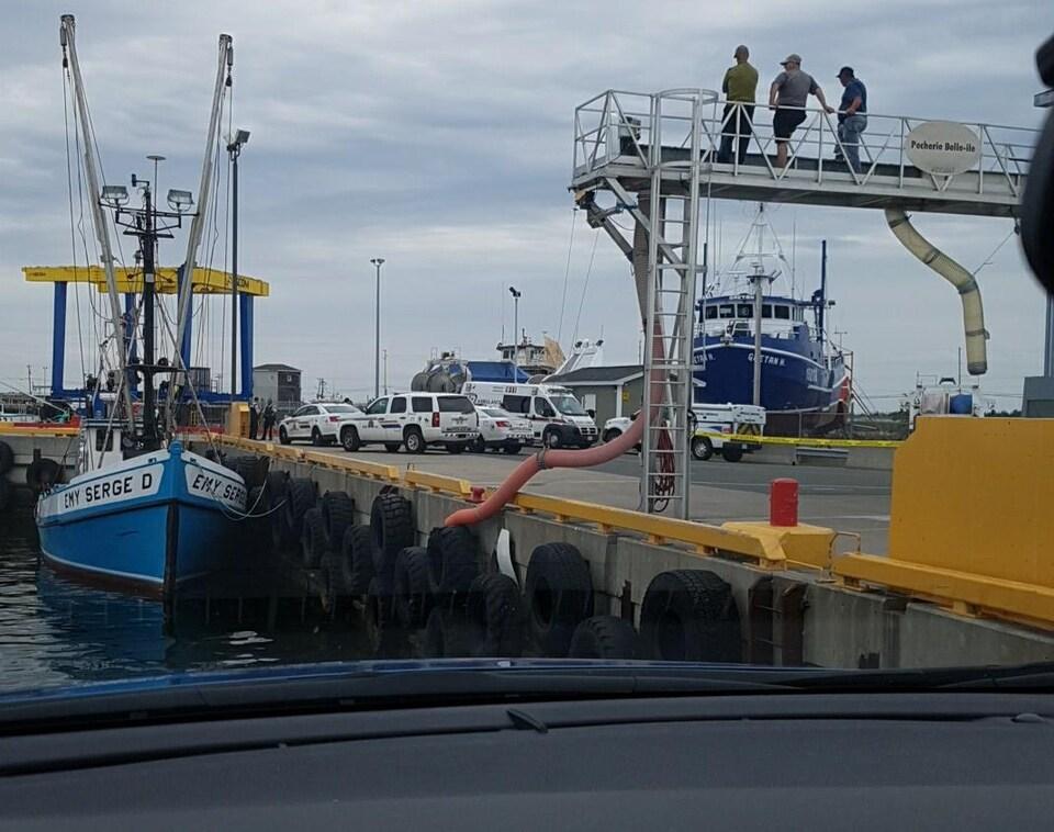 Des véhicules d'urgence sur un quai