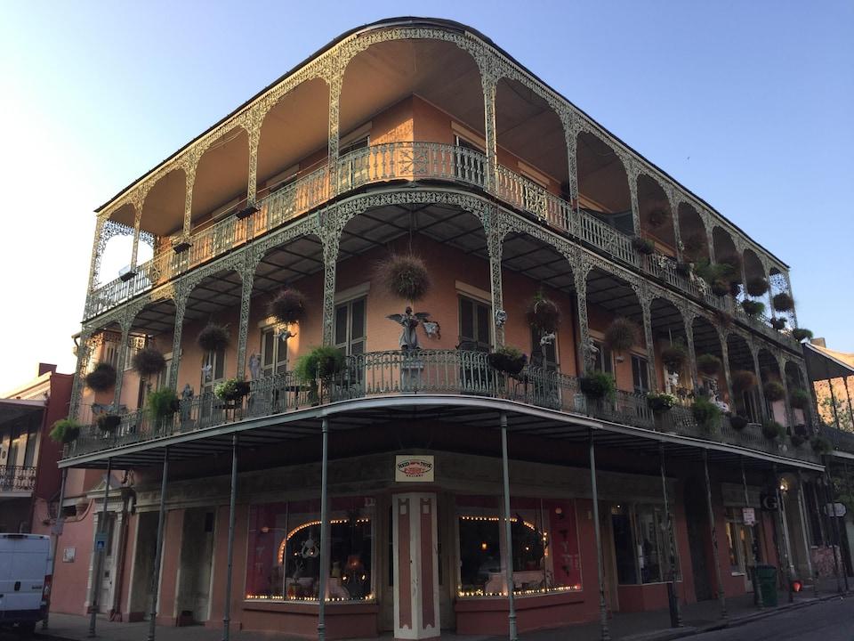 Un immeuble en brique avec des balcons en fer forgé.