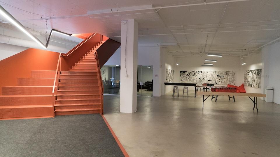 Un grand escalier avec un espace de jeux à proximité de bureaux.