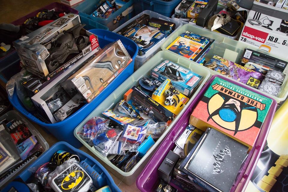 Des centaines d'objets Batman sont rassemblés dans des bacs colorés.