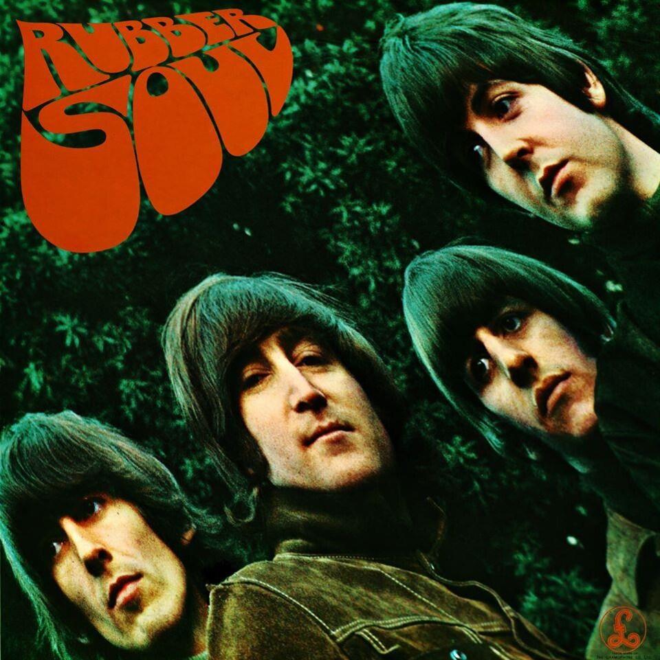 Quatre jeunes hommes dans une photo à l'aspect étiré.
