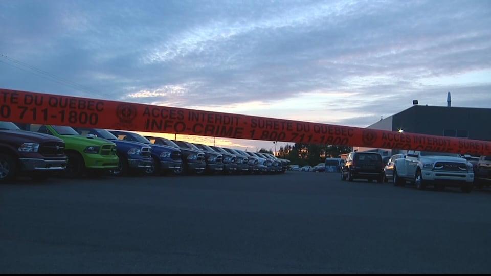 La poursuite s'est terminée dans le stationnement de ce concessionnaire automobile.