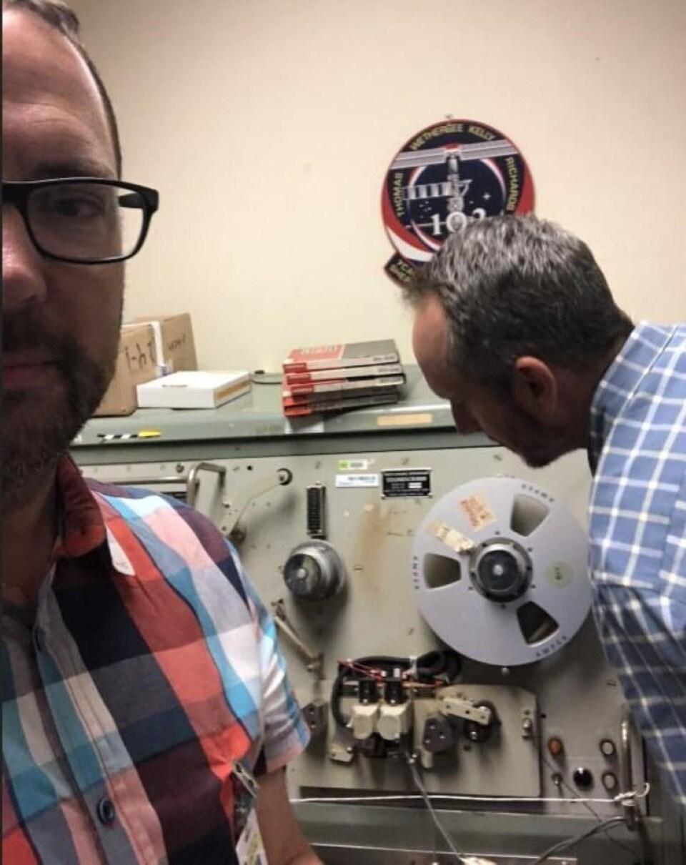 Ben Feist est près d'une machine de traitement des enregistrements audio à la NASA. On ne voit qu'une partie de son visage.