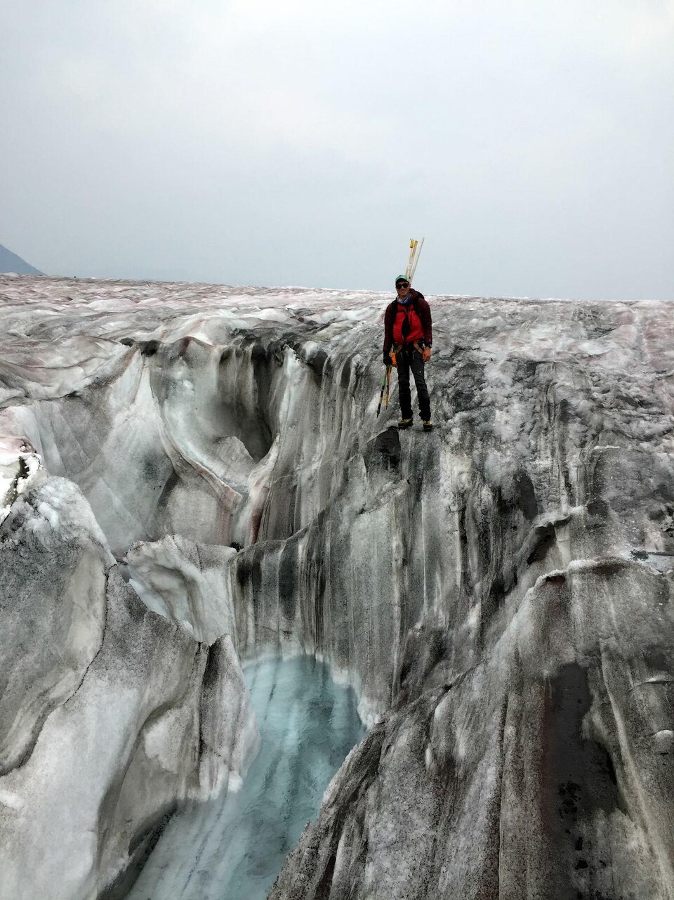 Le scientifique Ben Pelto sur un glacier en Colombie-Britannique.