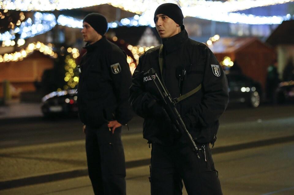 Des policiers montent la garde.