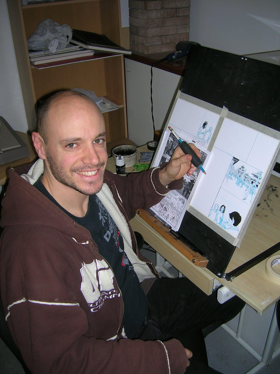 Jean-Sébastien Bérubé devant la table à dessin