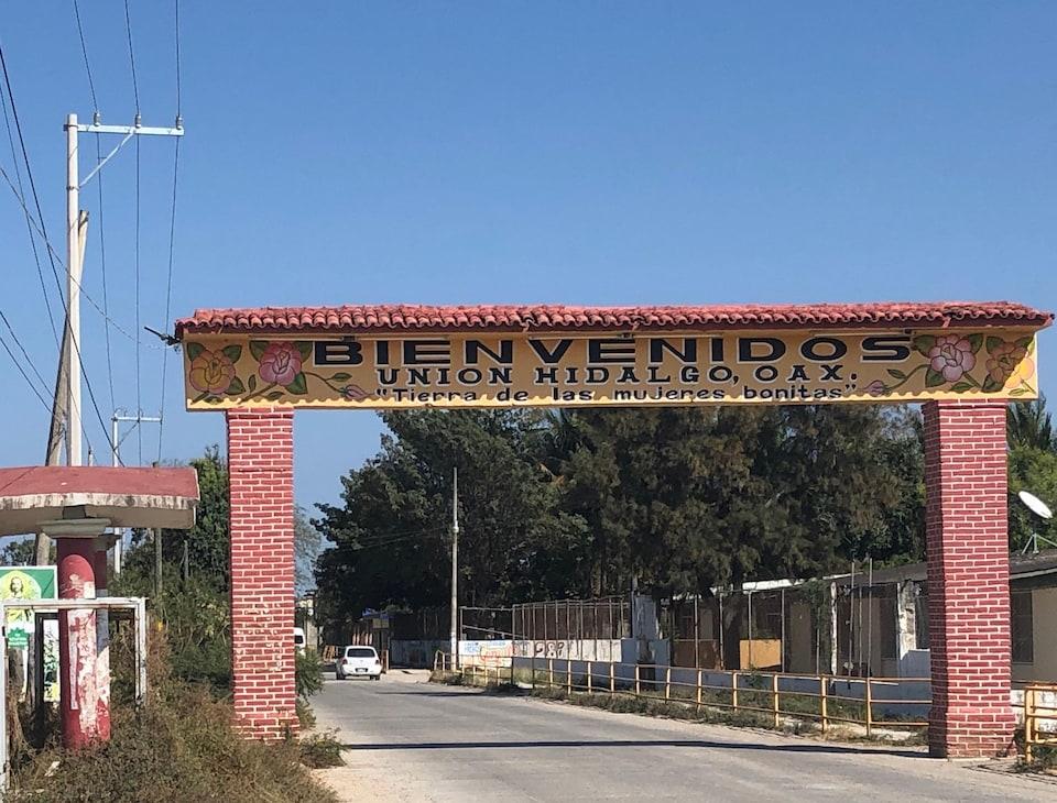 Un signe de bienvenue à l'entrée du village.