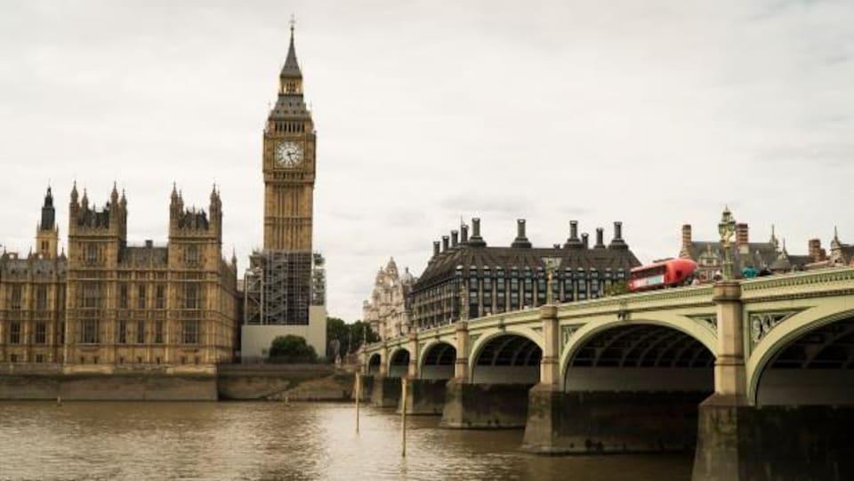 Des échafaudages entourent le bas de la Tour Elizabeth, mieux connue sous le nom de Big Ben, à Londres.