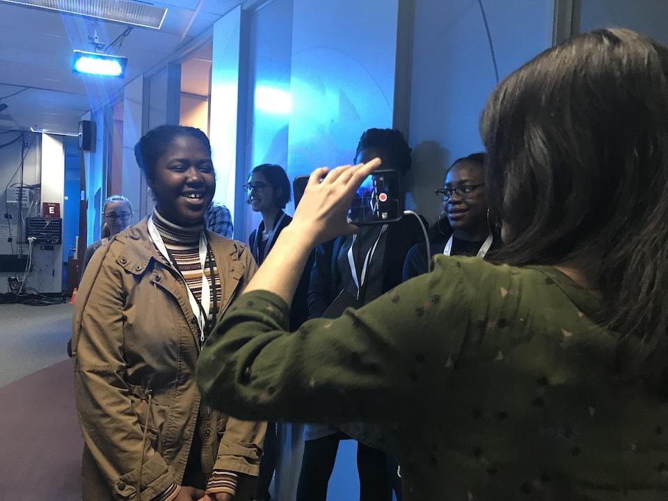 Une élève se fait filmer par une journaliste munie d'un iPhone