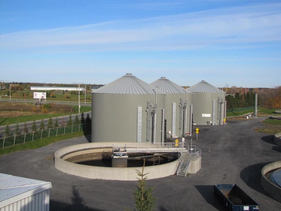 Vue panoramique de trois silos.